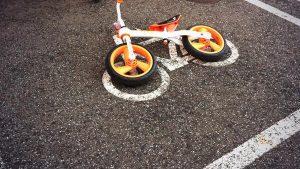 合ってるけど間違い! 駐輪場に止められた子供用自転車の駐輪方法(笑)