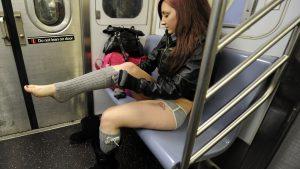 目のやり場に困る! 電車内でいきなり着替えを始める女性(笑)